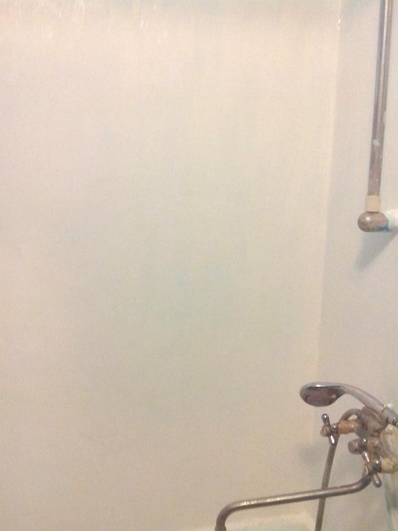 стена-в-ванной-комнате-окрашенная-гидроизоляцией-r-composit